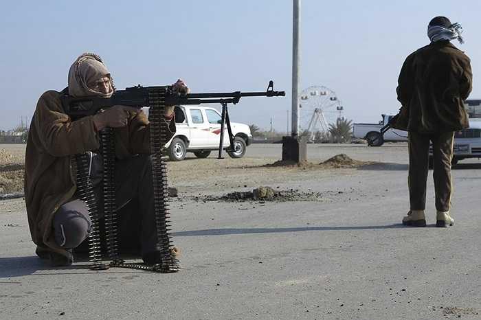 Chiến binh nổi dậy cầm súng trên đường phố Ramadi, Iraq