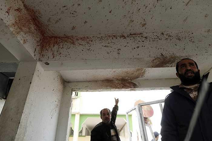 Vết máu còn lại trên tường sau một cuộc giao tranh ở Benghazi, Libya