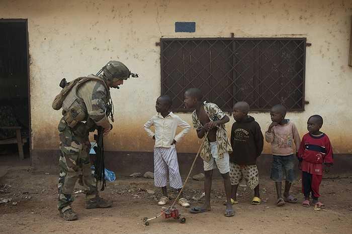 Binh lính Pháp nói chuyện với các đứa bé ở Bangui, Cộng hòa Trung Phi