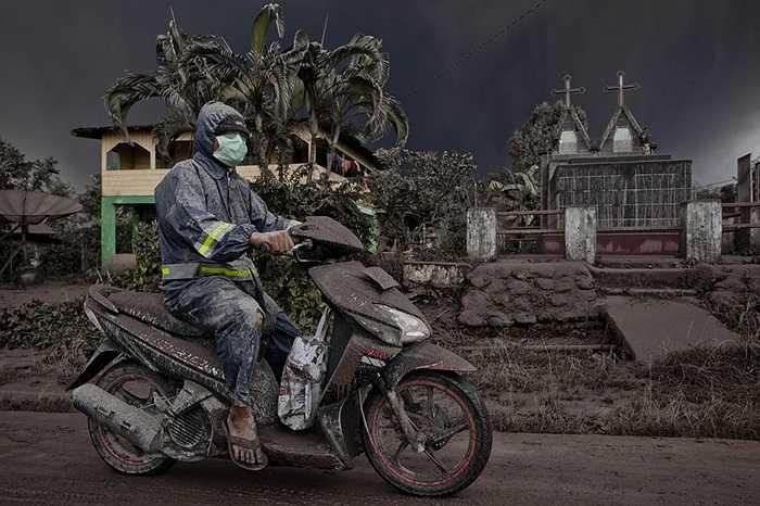 Tro bụi bao phủ đồ đạc và người dân ở Karo, Indonesia do núi lửa phun