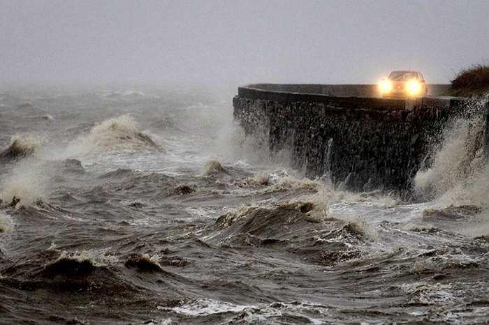 Sóng đánh cao trong các cơn bão ở Newtownards, Anh