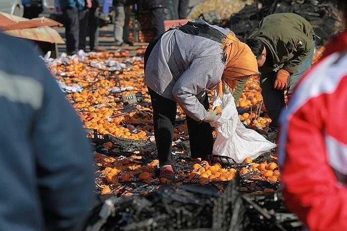 Chiếc xe tải chở 35 tấn quýt bị lật ở Đường Sơn, Hà Bắc, Trung Quốc