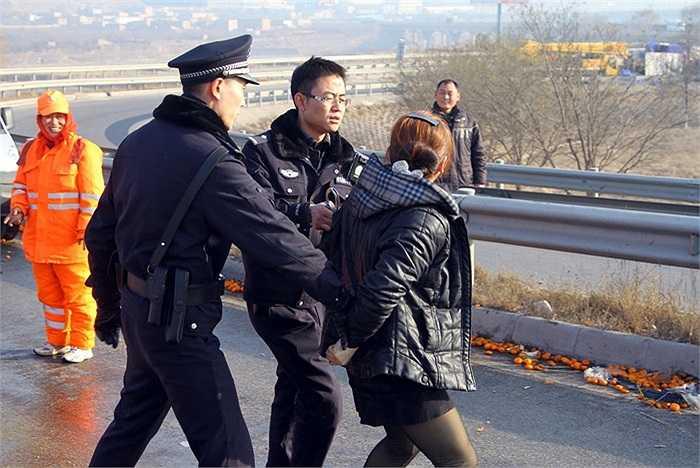 Cảnh sát địa phương bắt giữ người hôi của
