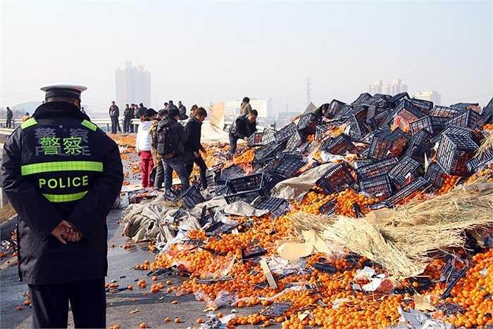 Nhiều cảnh sát đã có mặt để ngăn chặn nạn hôi của của người bị nạn ở thành phố Lan Châu hôm 4/1