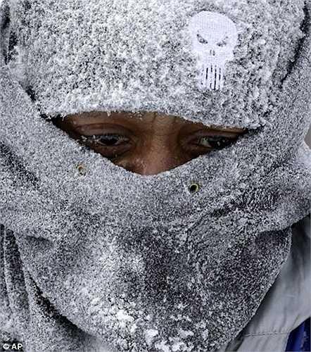 Tuyết phủ trắng mũ trùm mặt của người dân Mỹ