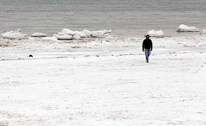 Người đàn ông đi bộ trên mặt hồ đã đóng băng ở Evanston