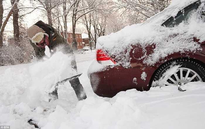 Người đàn ông vất vả dọn tuyết trong nhiệt độ -30 độ C ở Indianapolis