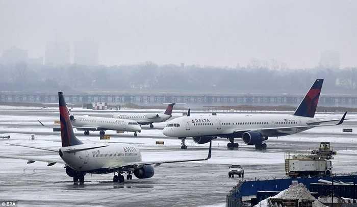 Các máy bay bị mắc kẹt trên đường băng Sân bay Quốc tế John F. Kennedy