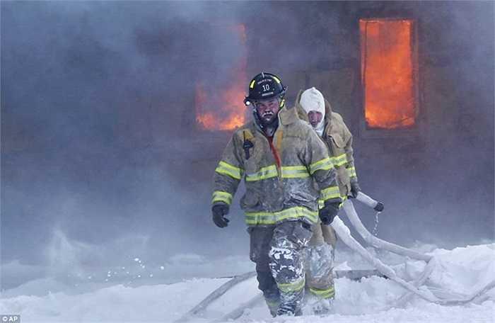 Lính cứu hỏa làm nhiệm vụ trong trời băng giá ở Brookston, Mỹ