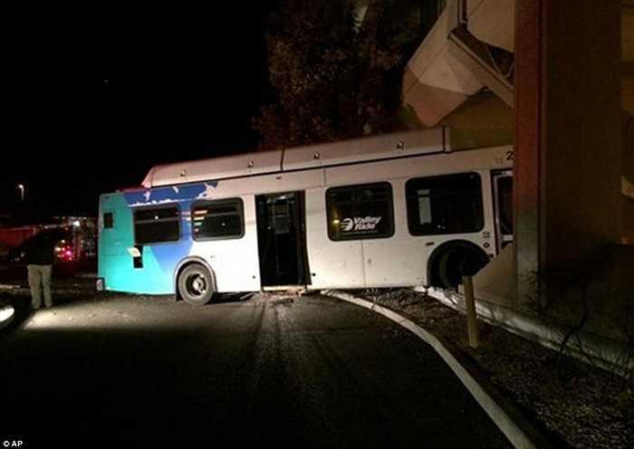 Xe bus mất phanh lao thẳng vào nhà dân