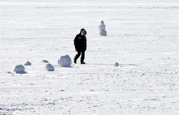 Mặt hồ đóng băng dày ở Minneapolis