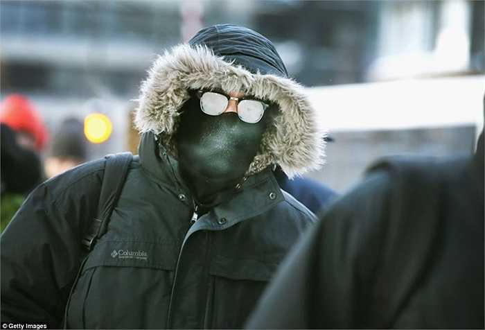 Người dân Chicago, Illinois ra đường trong trang phục kín mít tránh rét