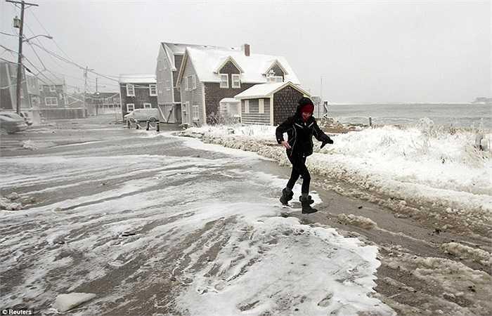 Người phụ nữ di chuyển bên bờ biển ở Massachusetts