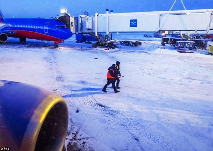 Nhân viên Sân bay Quốc tế Midway, Chicago đang làm việc trong băng giá