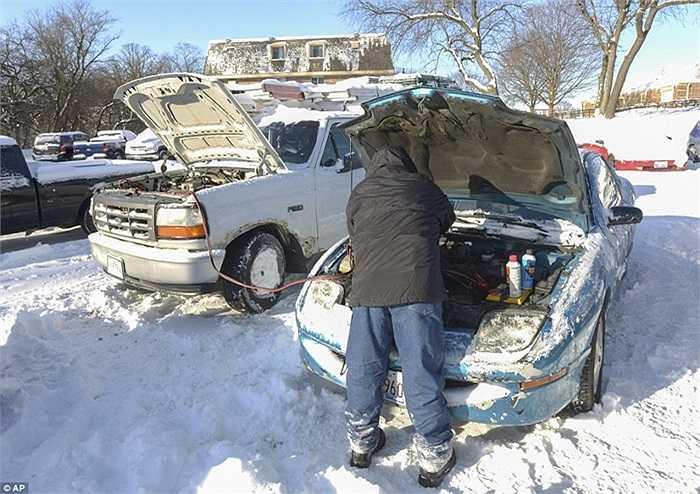 Nhiều lái xe gặp khó khăn trong việc khởi động xe của mình trong trời tuyết lạnh