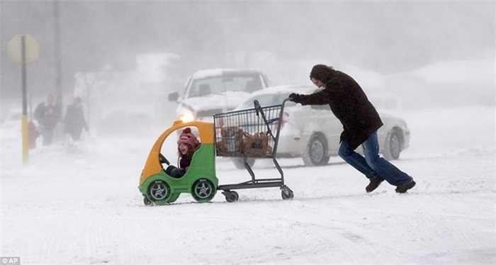 Người phụ nữ và con gái trên còn đường đầy băng ở Michigan
