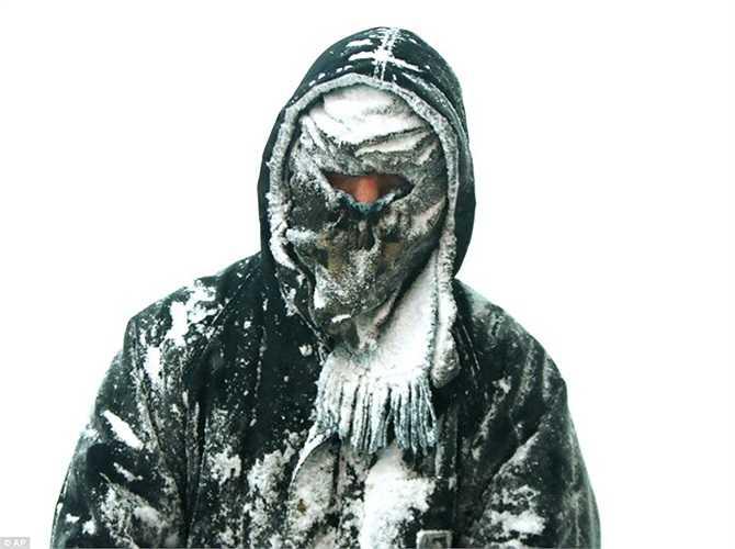 Người đàn ông bị bọc trong băng tuyết chỉ sau vài chục phút đi bộ ngoài trời ở Michigan