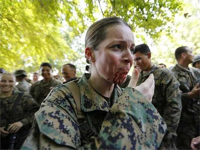 Dù sợ nhưng nữ binh sỹ Mỹ vẫn phải hoàn thành bài huấn luyện rùng rợn này