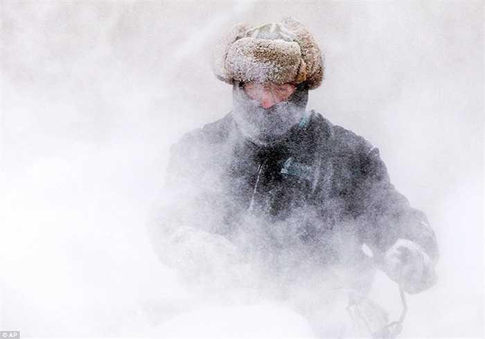Người dân dọn tuyết trong vô vọng ở Michigan