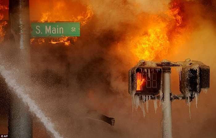 Một vụ cháy lớn xảy ra trong thời tiết băng giá ở Ann Arbor, Michigan