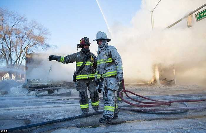 Các lính cứu hỏa làm nhiệm vụ trong đám cháy ở Ann Arbor, Michigan