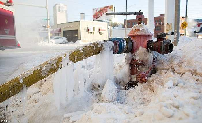 Trụ cứu hỏa vừa được nối ống để dập lửa cũng đã kịp đóng băng