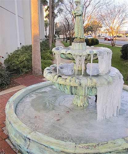 Đài phun nước bị hóa đá trong nhiệt độ âm hàng chục độ C ở Florida