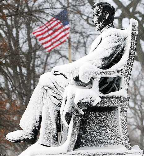 Bức tượng Abraham Lincoln ở Michigan chuyển màu trắng