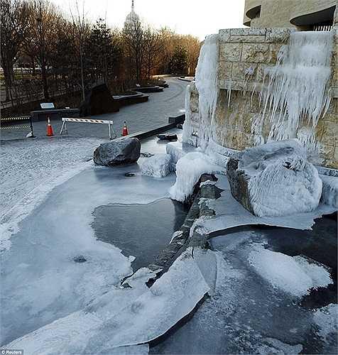 Thác nước ở Bảo tàng quốc gia Mỹ Washington cũng hóa đá vì nhiệt độ thấp
