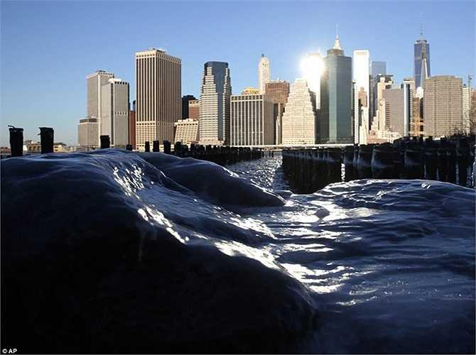Nước đóng băng ở cảng của thành phố Manhattan, New York
