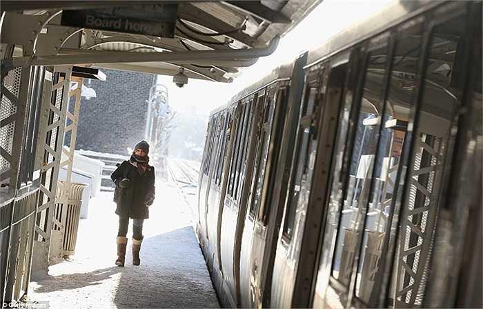 Một ga tàu phủ đầy tuyết ở Chicago, Illinois