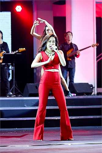 Trên sân khấu tối qua, Hoàng Thùy Linh, Đông Nhi kết hợp trong 2 ca khúc Crazy và Cần một ai đó.  Cả hai đều diện trang phục gợi cảm và có những màn vũ đạo bốc lửa.Đông Nhi khoe chân dài miên man.Phong cách nóng bỏng thường thấy của Hoàng Thùy Linh.Hồ Ngọc Hà cũng mang đến ca khúc 'Xin hãy thứ tha' được nhạc sỹ Nguyễn Hải Phong dàn dựng lại với phong cách độc đáo.  Nữ ca sỹ diện trang phục như chiến binh, biểu diễn cuồng nhiệt, hết mình.Với màn hình led tạo hiệu ứng về thị giác, Hồ Ngọc Hà biểu diễn vô cùng sống động và hấp dẫn.Đoàn Thúy Trang, Phương Mỹ Chi song ca 'Tình yêu màu nắng' rất hấp dẫn.Ngoài ra còn có sự xuất hiện của nhóm Bee.T, Miu Lê, Bảo Anh, Trang Pháp...Theo Zing.vn