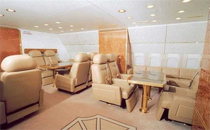 Màu vàng sang trọng, quý phái được chọn làm tông màu chính cho toàn bộ nội thất bên trong.