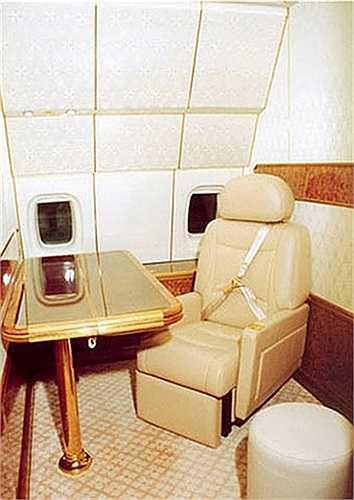 Cabin rộng rãi với ghế ngồi bọc da êm ái để Tổng thống và thành viên trong đoàn tháp tùng có thể thoải mái chuyện trò hoặc bàn bạc công việc.