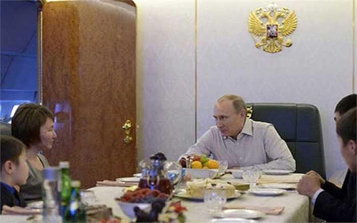 Mới đây, Tổng thống Putin đã mời gia đình một quân nhân tử nạn trong một trận lũ lụt tại vùng Viễn Đông lên chuyên cơ của mình ăn tối vào đúng đêm giao thừa, và tặng cho con trai của cố quân nhân này một chiếc <a href='http://vtc.vn/oto-xe-may.31.0.html' >xe hơi</a> đồ chơi điều khiển từ xa.