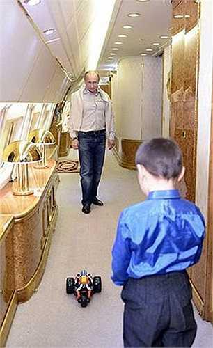 Ông Putin chơi đùa với cậu bé bên trong chuyên cơ.