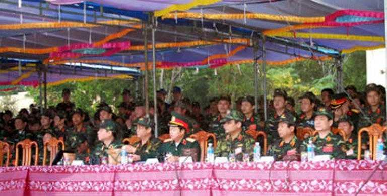 Sáng 13/1, tại trường bắn của Sư đoàn 2 (Quân khu 5), Thượng tướng Đỗ Bá Tỵ, Ủy viên Trung ương Đảng, Ủy viên Thường vụ Quân ủy Trung ương, Tổng Tham mưu trưởng, Thứ trưởng Bộ Quốc phòng, dẫn đầu đoàn công tác Bộ Quốc phòng và các đại biểu đến từ các đơn vị trong toàn quân tham quan trường bắn, thao trường huấn luyện và trực tiếp chỉ đạo bắn kỹ thuật theo giáo trình mới các loại vũ khí có trong biên chế cấp Sư đoàn bộ binh tại Quân khu 5.