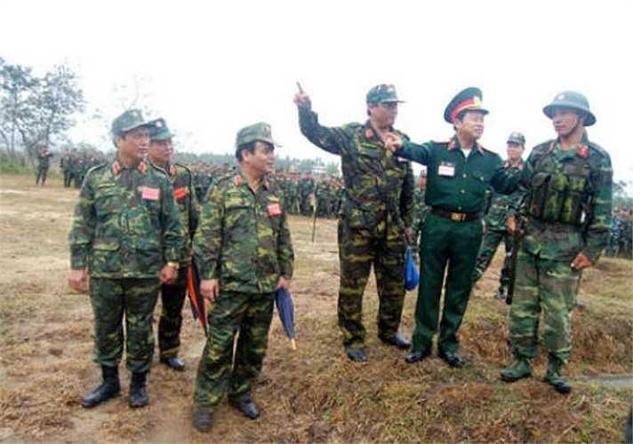 Thượng tướng Đỗ Bá Tỵ và đoàn công tác lên trường bắn trực tiếp kiểm tra bộ đội huấn luyện.