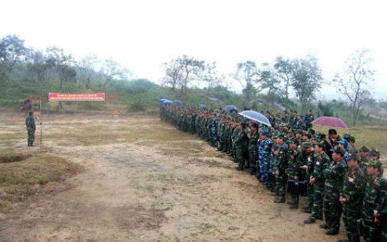 Đoàn công tác tham quan thao trường huấn luyện của Sư đoàn 2.