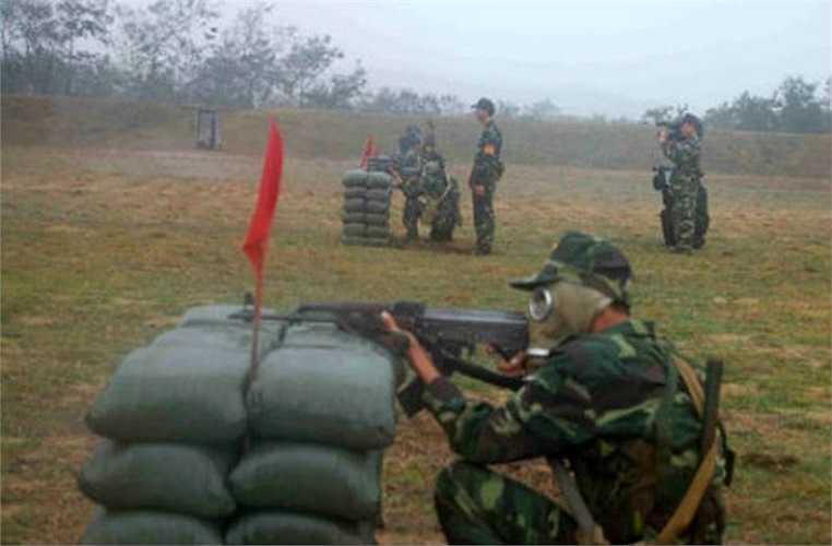 Chiến sỹ Trung đoàn 1 (Sư đoàn 2) chuẩn bị bắn.