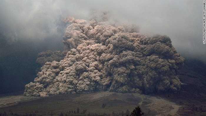 Tro bụi dày đặc từ miệng núi lửa Sinabung
