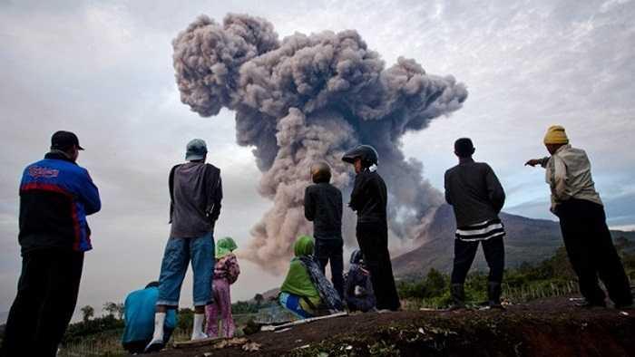 Những người sơ tán nhìn về phía làng quê đang bị núi lửa đe dọa xóa sổ