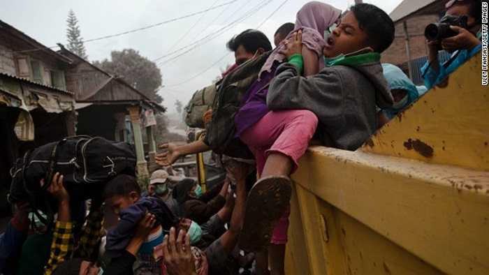 Dìu dắt nhau đến trại tị nạn tạm thời