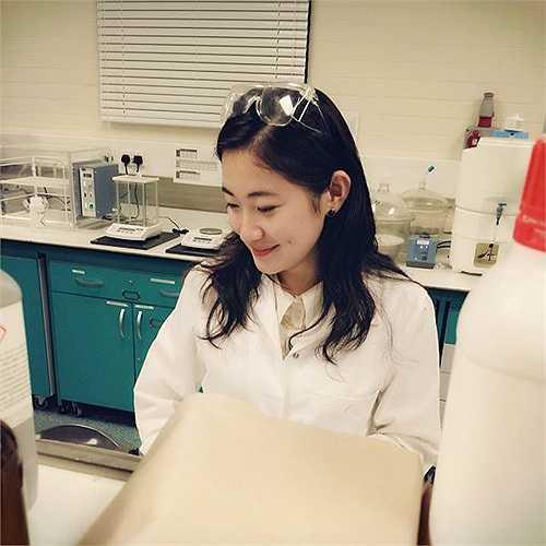 Cô tiến sĩ xinh đẹp này họ Vương, quê ở Hà Bắc, tốt nghiệp Đại học Sư phạm Nam Kinh, đã lấy được tấm bằng tiến sĩ chuyên ngành hóa học của Đại học Leeds (nước Anh), hiện đang ở lại trường làm nghiên cứu.
