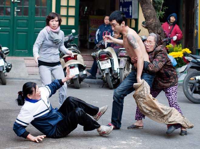 Tác giả các bức ảnh cho biết, ít nhất đã có ba nhát kéo trúng người phụ nữ. Sau đó người xăm trổ đầy cánh tay này phát hiện ra có người chụp ảnh đã chạy vào lấy một con dao to ra đuổi đòi chém.