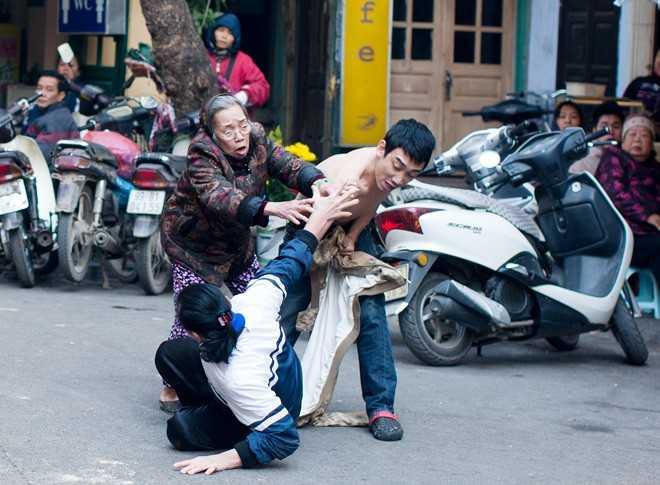 Thanh niên được cho là 'nghịch tử' truy sát 'mẹ' giữa phố. Ảnh: Tri thức