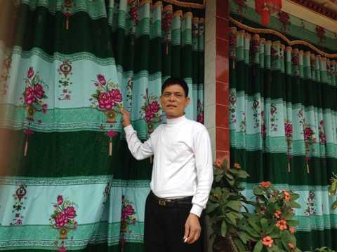 Ông Lương phải dùng bạt vải che chắn khói bụi.
