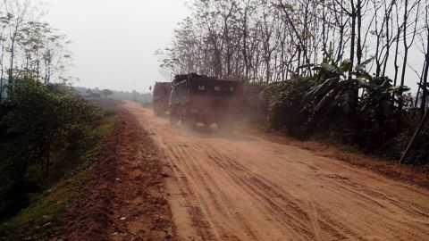 Các tuyến đường ở xã Đại Từ chìm trong khói bụi.