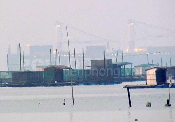 Hình ảnh đầu tiên tàu Rolldock Star chở tàu ngầm HQ183 tại vịnh Cam Ranh. Ảnh: Nguyễn Đình Quân/TPO