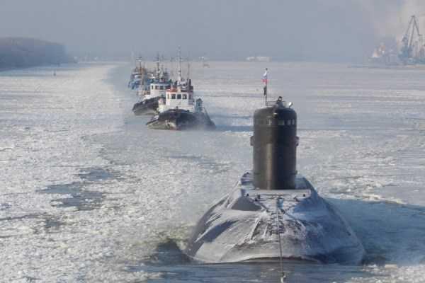 Tàu ngầm Kilo HQ 183 Hồ Chí Minh vượt băng về Việt Nam. Ảnh: TL